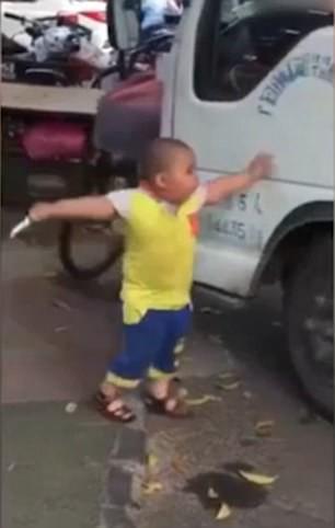 Маленький мальчик занимается сексом видео