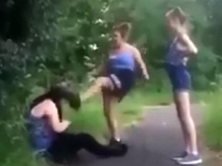 Ролики лола девушка бьет парнишку видео при зрителях