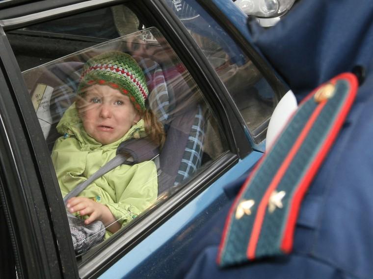 Татьяна , ребенка старше 7 лет на заднем сиденье легкового автомобиля можно пристегнуть штатными ремнями безопасности.