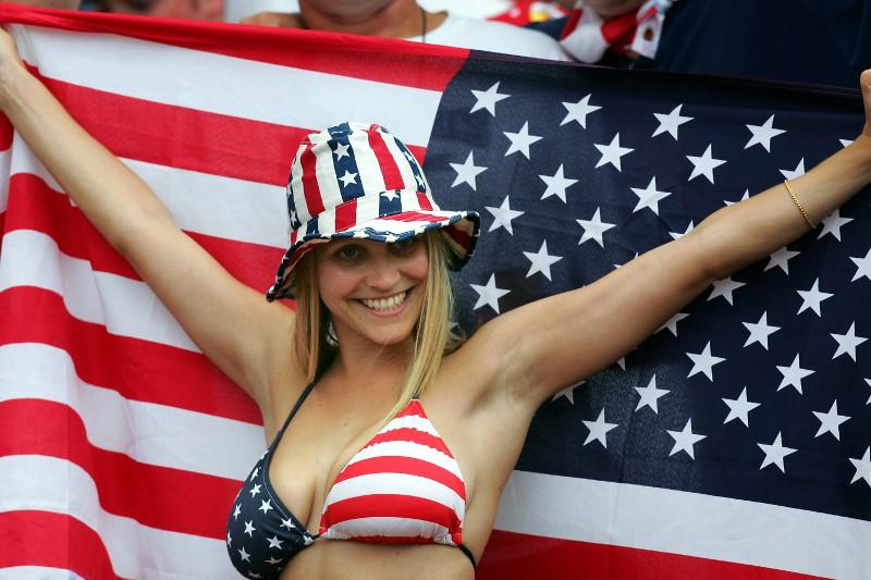 обкончали телки с большими сиськами в купальниках с американским флагом краснея
