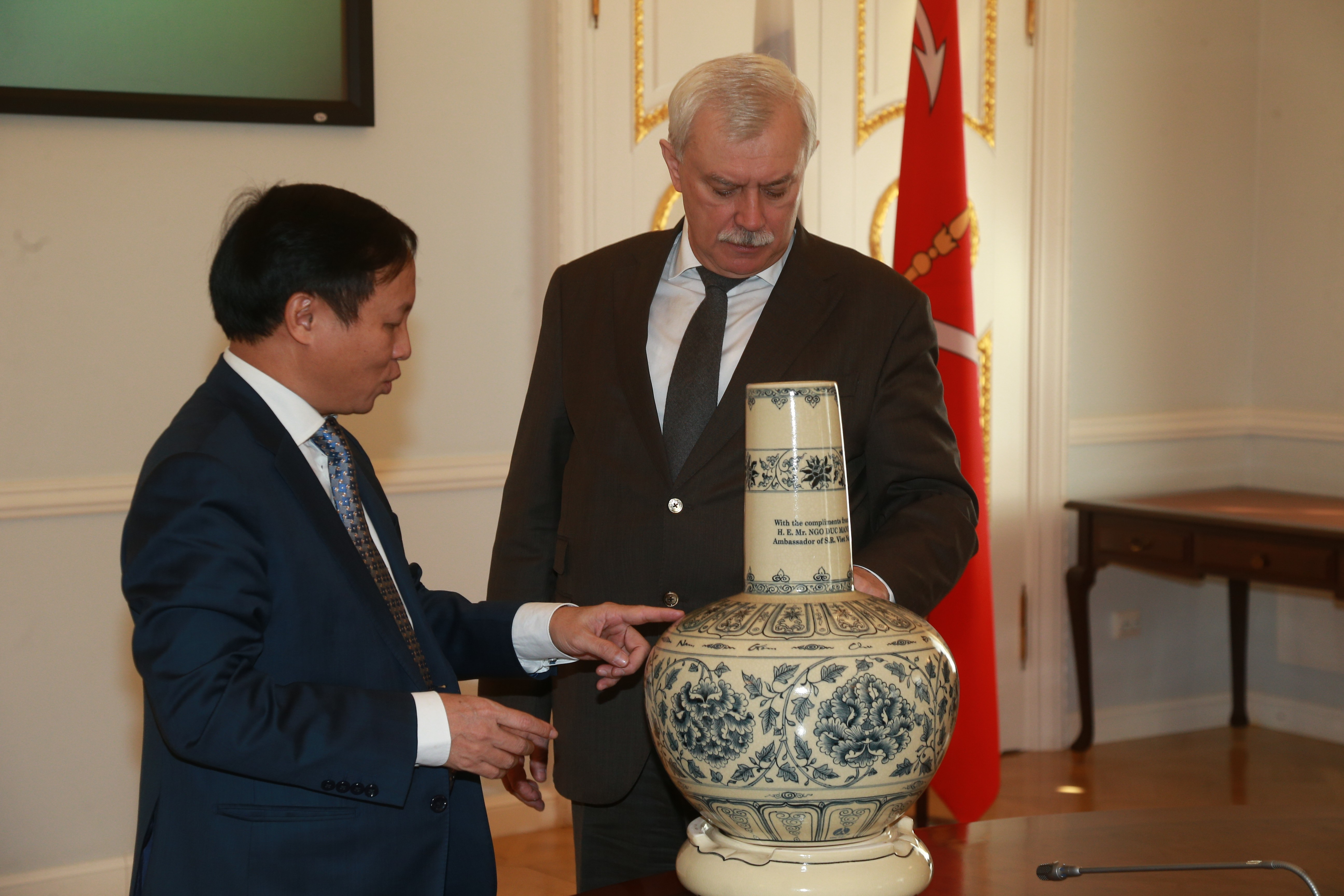 Посол Вьетнама приехал вПетербург ивстретился сПолтавченко