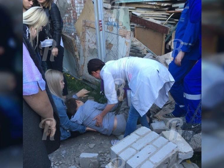 ВСмоленске натерритории лицея кирпичная стена обрушилась нашкольника
