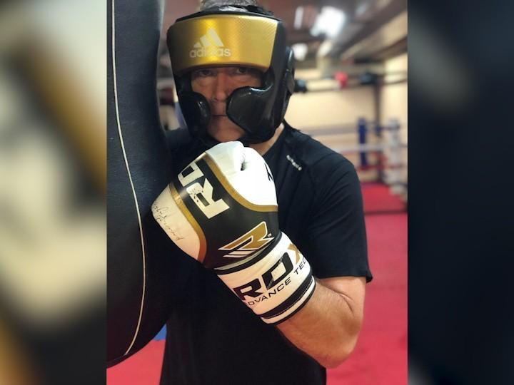 Хув Эдвардс боксирует
