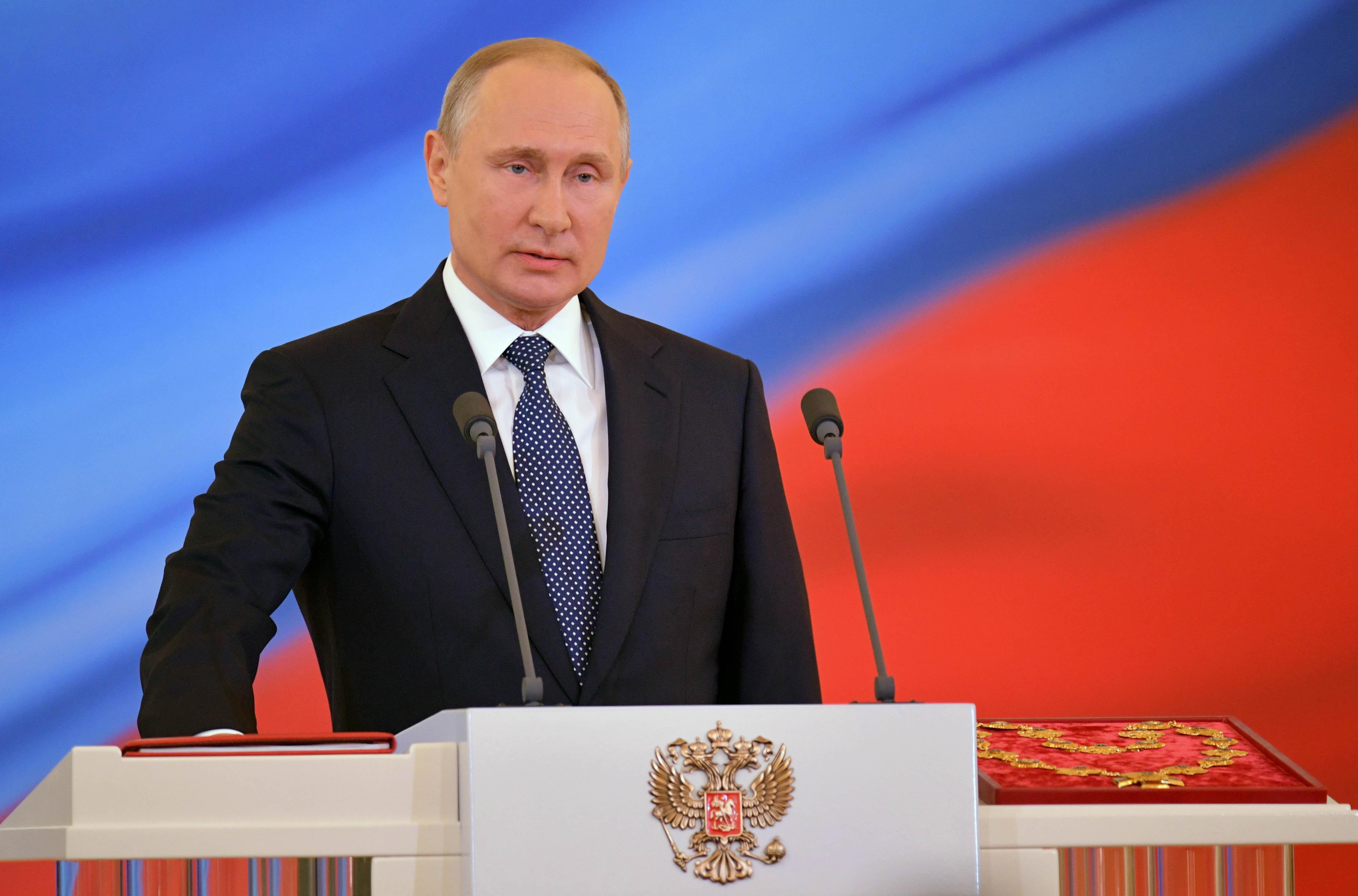 СиЦзиньпин подарил Путину старинную арфу истатуэтку сего лицом