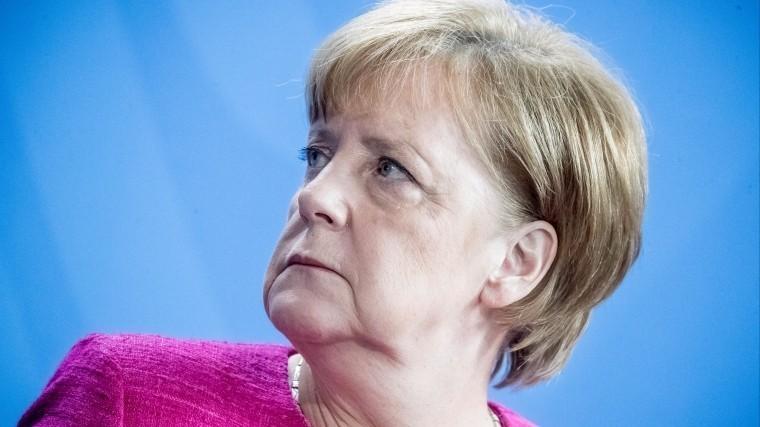 СМИ: Глава МВД хочет предъявить Меркель ультиматум