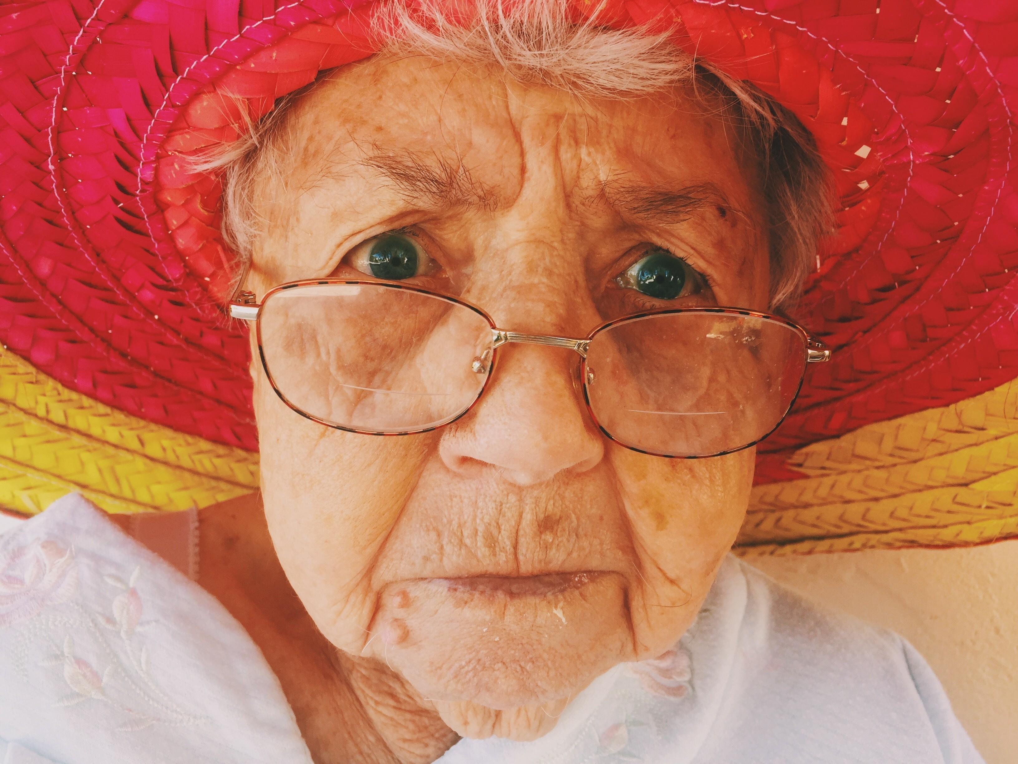 Пожилая женщина / Бабушка в шляпе