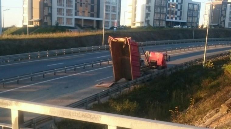Надземный пешеходный переход рухнул натрассу воВладивостоке— видео