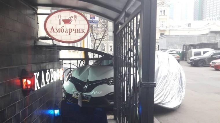 ВМоскве девушка «припарковалась» вкафе