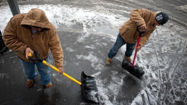 Власти Петербурга посоветовали горожанам поправлять здоровье, убирая снег лопатой