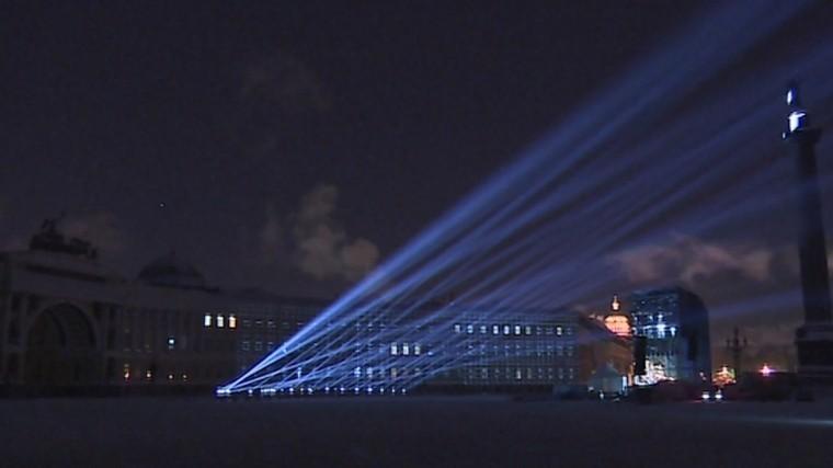 Десятки прожекторов появились наДворцовой площади кгодовщине снятия блокады
