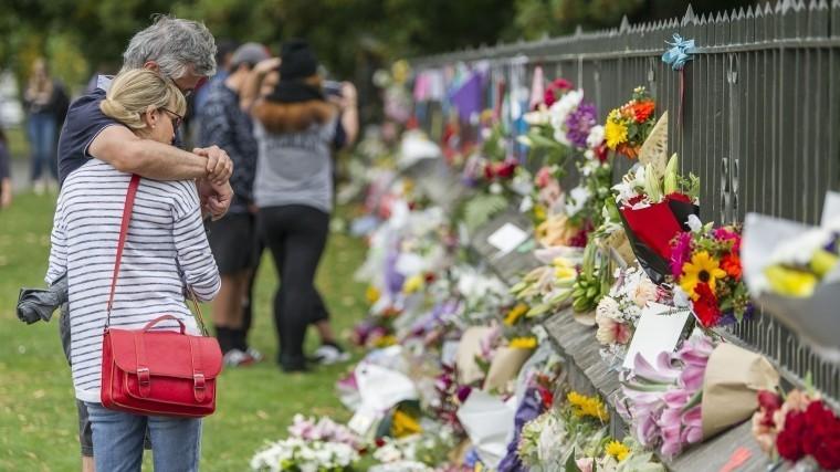 Картинки по запросу люди принесли цветы к месту теракта крайстчерч