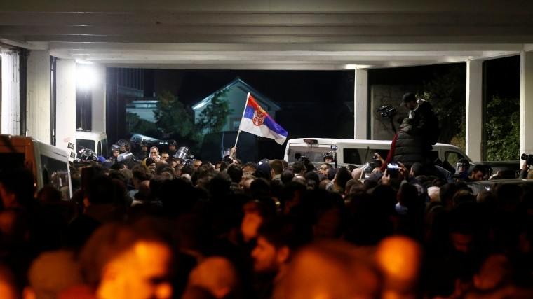 Протестующие сбензопилами захватили телецентр вСербии
