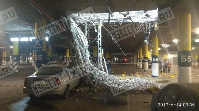 Потолок обрушился напарковке петербургского ТЦ«МЕГА Дыбенко»— фото