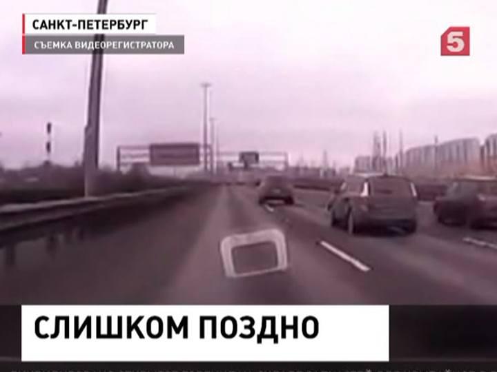 ВПетербурге водительврезался встоявший наобочине автомобиль
