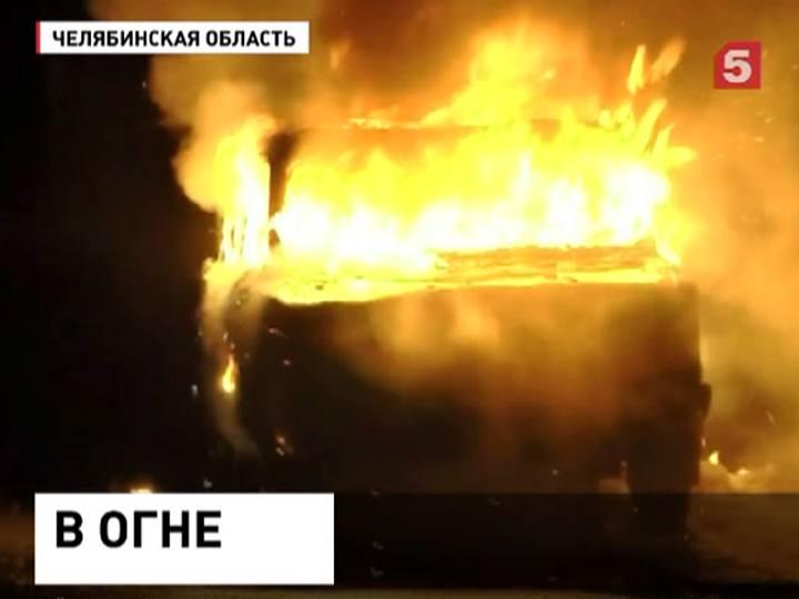 Загоревшийся вЧелябинске автомобиль едва неспалил весь дом