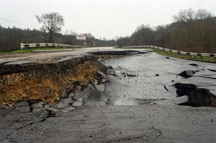 Из-за оползня иразрушения дороги близ Севастополя объявят режим ЧС