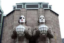 Статуи углавного вокзала Хельсинки превратились вмузыкантов группы Kiss ФОТО