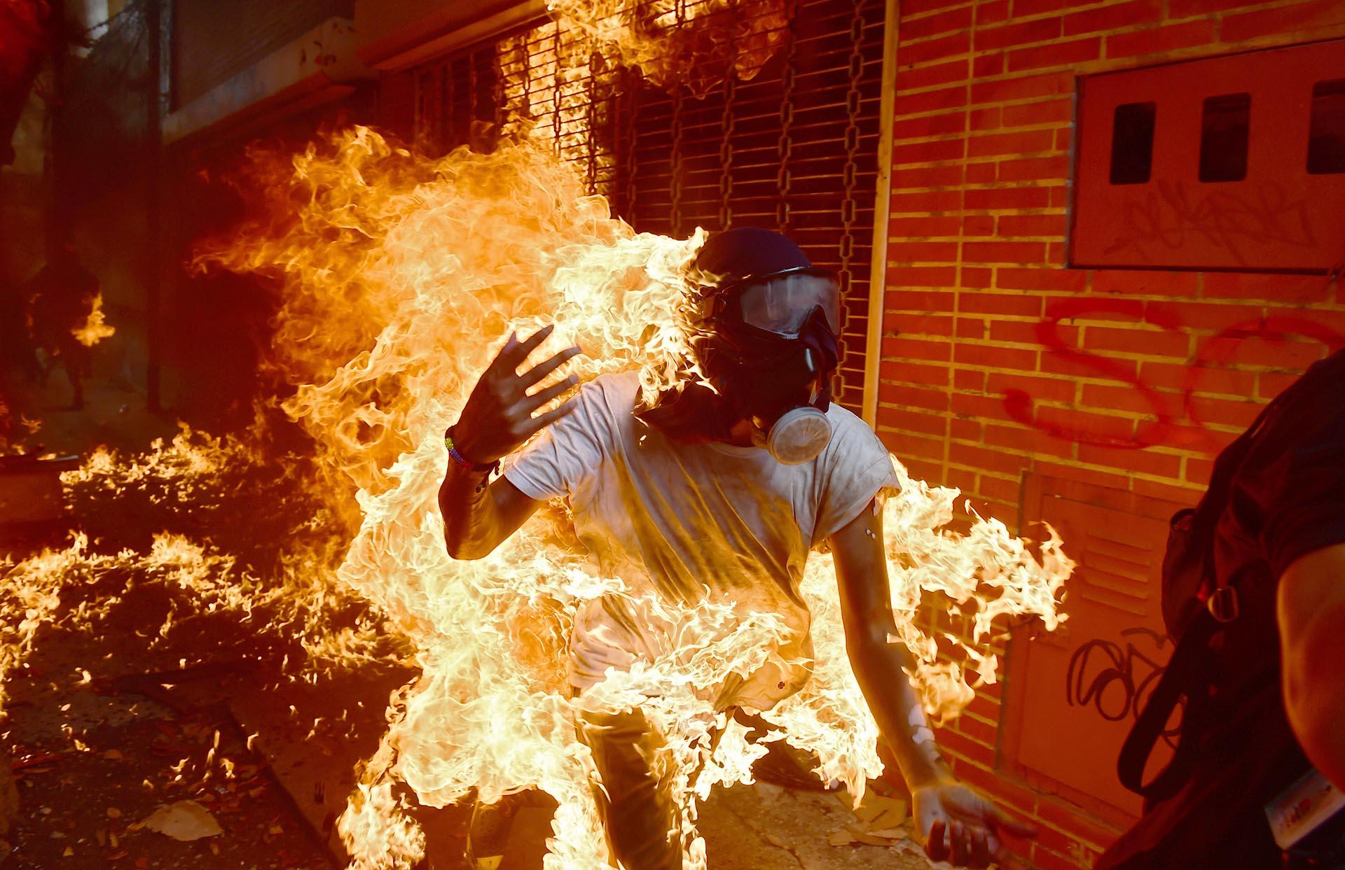 фото люди с огнями имеют