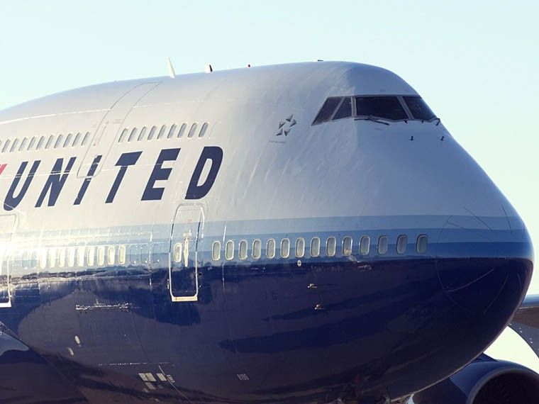 United Airlines вынудили пассажирку помочиться встакан