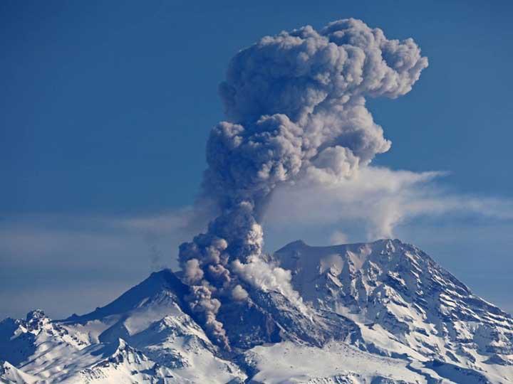 НаКамчатке вулкан Шивелуч выбросил столб пепла на13км