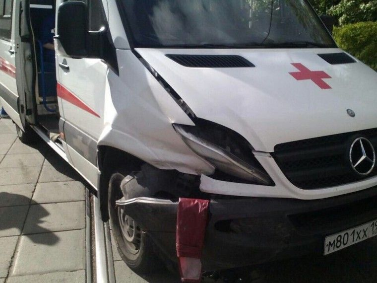 ВМоскве иномарка протаранила машину скорой помощи
