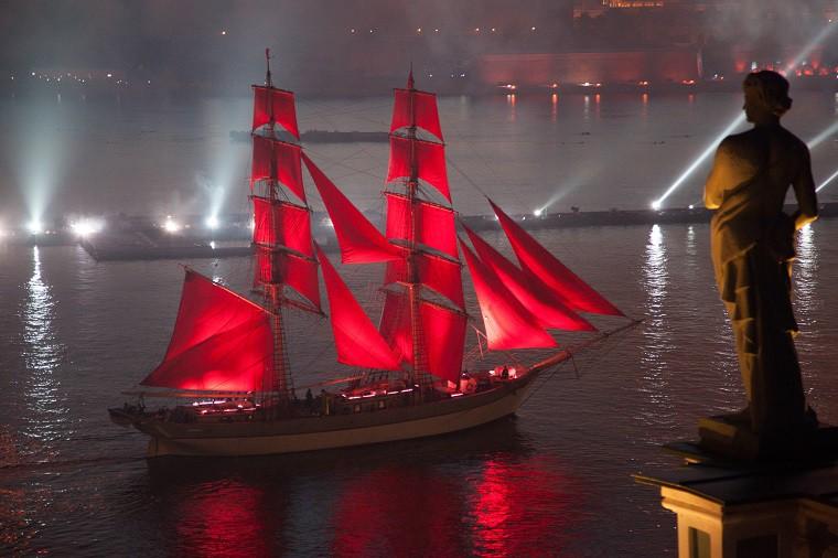 Бриг «Tre Kronor» поднимает алые паруса