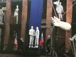 ВМоскве представили скульптуру, посвященную встрече Горбачева иРейгана