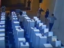 Неуклюжая любительница селфи разбила навыставке экспонаты на200 тысяч долларов