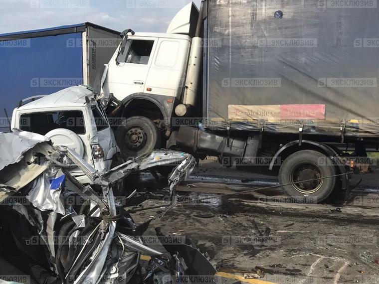Вмассовой аварии грузовиков под Ростовом погиб человек