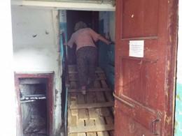 ВКургане рухнувшая подъездная лестница посадила пенсионеров под домашний арест