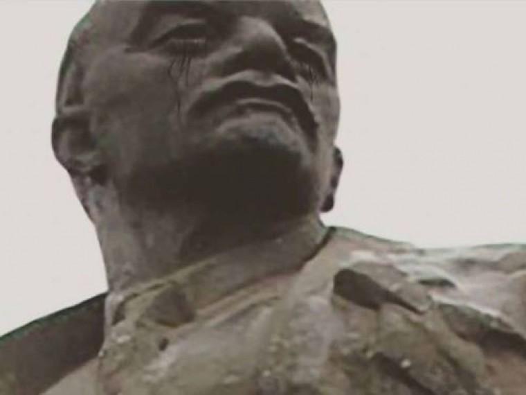 Всети делятся фотографиями «мироточащих» памятников Ленину