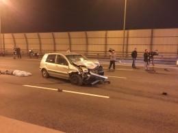 Появилось видео сместа жуткой аварии вПетербурге: столкнулись 2 машины имотоциклист