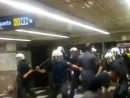 Жестокая драка полицейских смигрантами вметро Барселоны попала навидео
