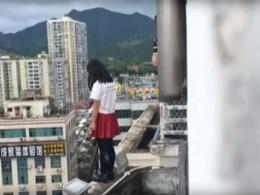 Школьный учитель вКитае спас девочку, собиравшуюся прыгнуть скрыши высотки