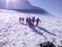 Купавшим впропасть нагоре Казбек альпинистам отправлен вертолёт