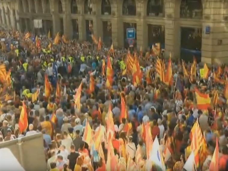 Сотни тысяч человек вышли наулицы Барселоны, требуя сохранить Испанию единой