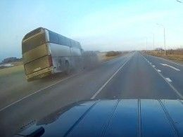 Момент смертельного ДТП савтобусом вКурганской области попал навидео