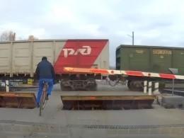 ВТамбове «бессмертный» велосипедист решил проскочить прямо перед поездом