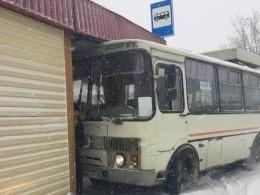 ВКургане автобус протаранил остановку слюдьми