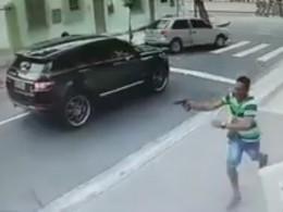 Вратаря сборной Бразилии под дулом пистолета оставили без машины