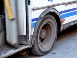 Автобус несколько метров протащил зажатую вдверях девочку поасфальту