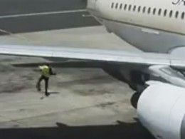 Служащего ваэропорту едва неизрубило турбиной