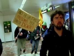 Опубликовано видео изБарселоны, где протестующие каталонцы заблокировали вокзал