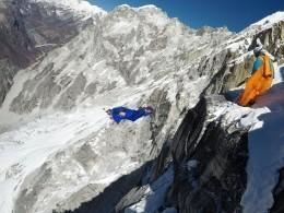 Всети появилось фото предпоследнего прыжка российского спортсмена сгорной вершины вГималаях