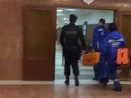 Медики осмотрели шестерых мужчин, порезавших себе руки назаседании суда