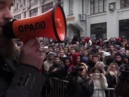 Сотни москвичей встали вогромную очередь заэксклюзивными кроссовками отКанье Уэста