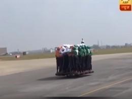 Всети появилось видео, накотором58 индусов едут наодном мотоцикле