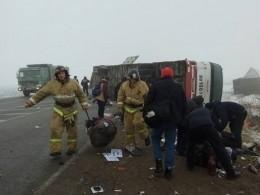Пятый канал публикует первые фото сместа аварии вТюменской области, где перевернулся автобус спассажирами