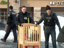 Полиция Канадыэвакуирует детей издетского сада рядом сбанком, где захвачены заложники