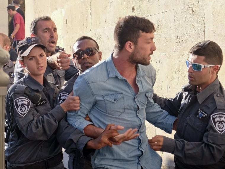 ВИзраиле обезвредили палестинца сдвумя бомбами при себе